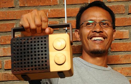 Singgih S. Kartono holding his Magno Radio